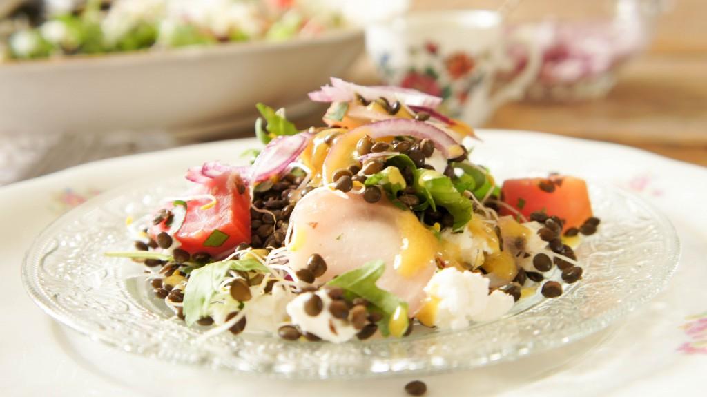 Salade met gekleurde bietjes, beluga linzen en geitenkaas