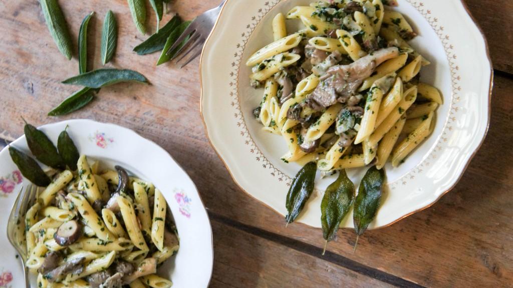 Pasta met snelle paddenstoelen saus en chipjes van salie