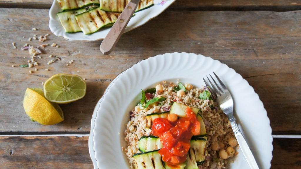 Meeneemlunch - couscoussalade met spicy tomaten en gegrilde couscous