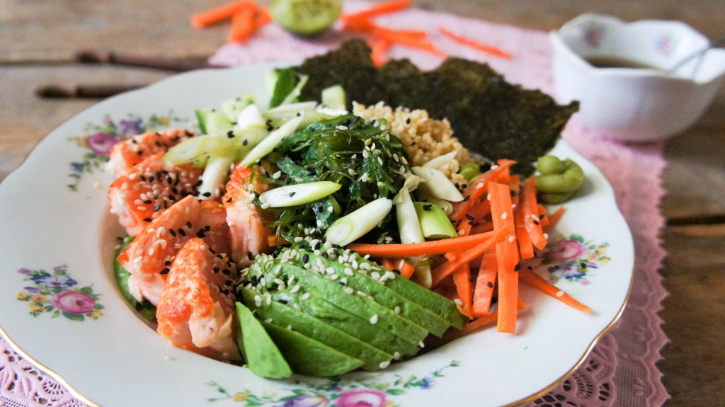 Gezonde sushibowl met zalm met quinoa