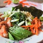Gezonde sushi bowl met zalm en quinoa