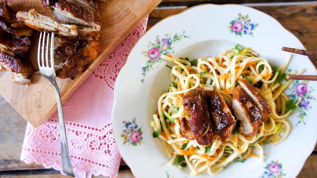 Kleverige kip met udon noodles