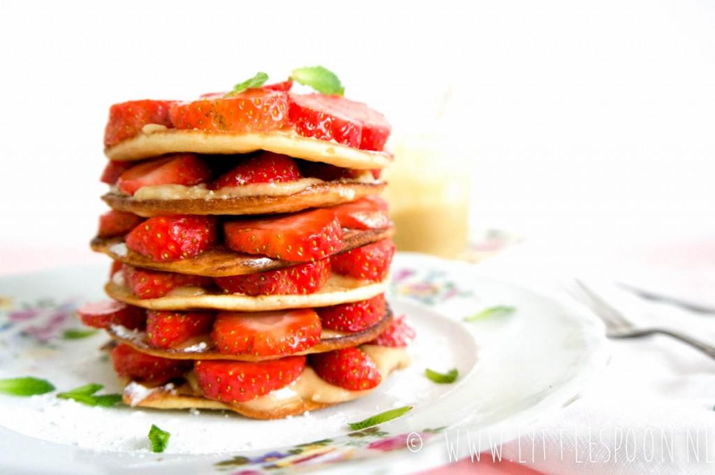 Pannenkoeken stapel met aardbeien