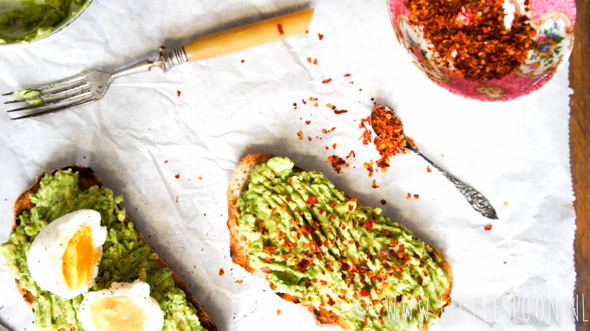 Spicy avocado toast met een gekookt eitje