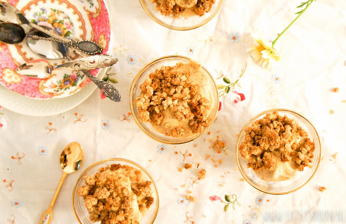Ontbijt of toetje? Homemade mango ijs met crumble