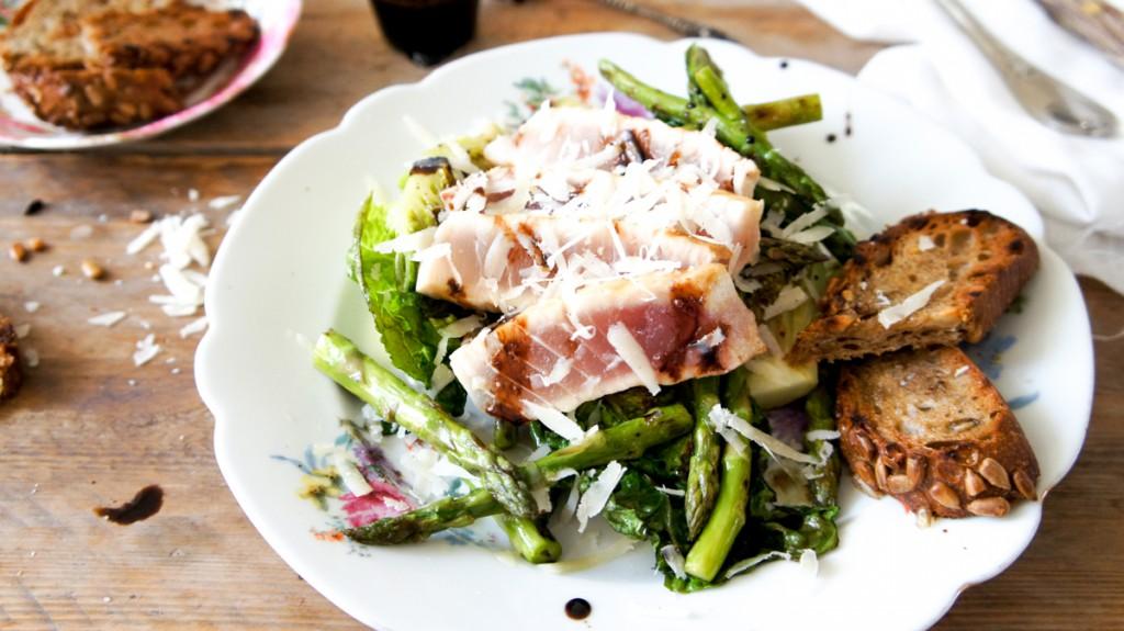 Indrukwekkende salade met gegrilde groente en tonijn