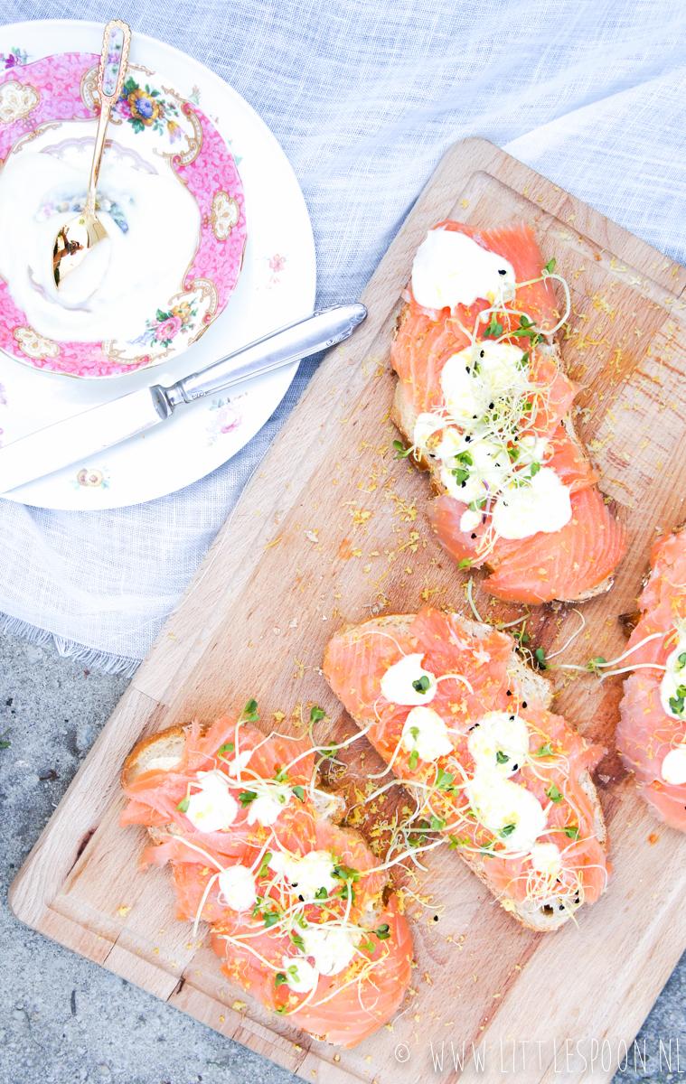 Boterhammenfeest sandwich met gerookte zalm en mierikswortel