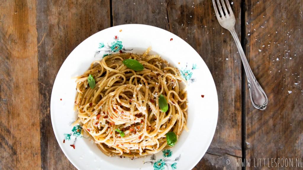 Pasta aglio e olio met rode peper en ansjovis