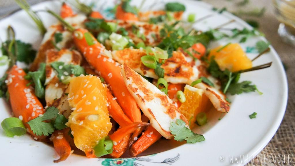 Salade met worteltjes uit de oven, gebakken halloumi en sinaasappel