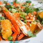Salade met wortel uit de oven, gebakken halloumi en sinaasappel