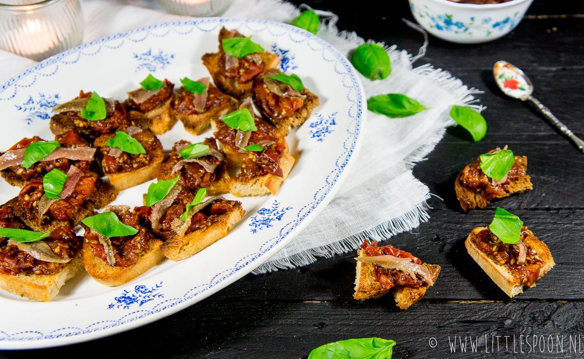 Bruschetta's met tomaatjes in balsamico en ansjovis
