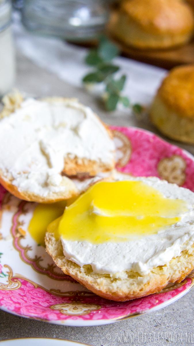 Vers gebakken scones met clotted cream