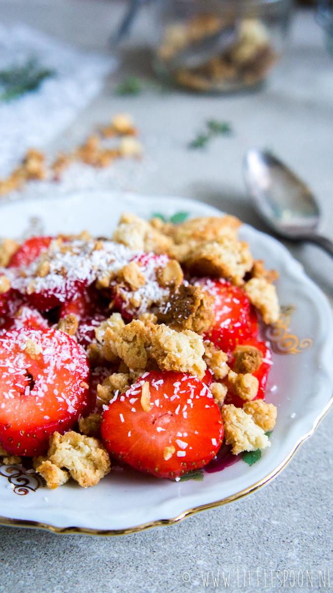 Aardbeien met een crumble van kokos en havermout