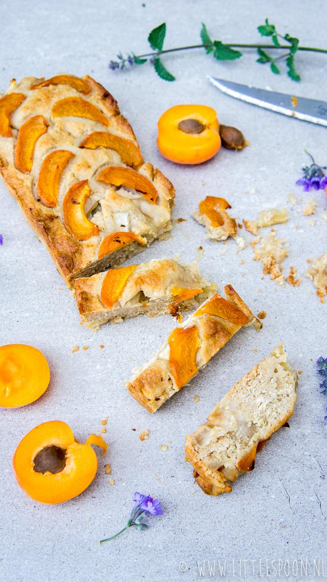 Ontbijtcake met abrikoos en perzik
