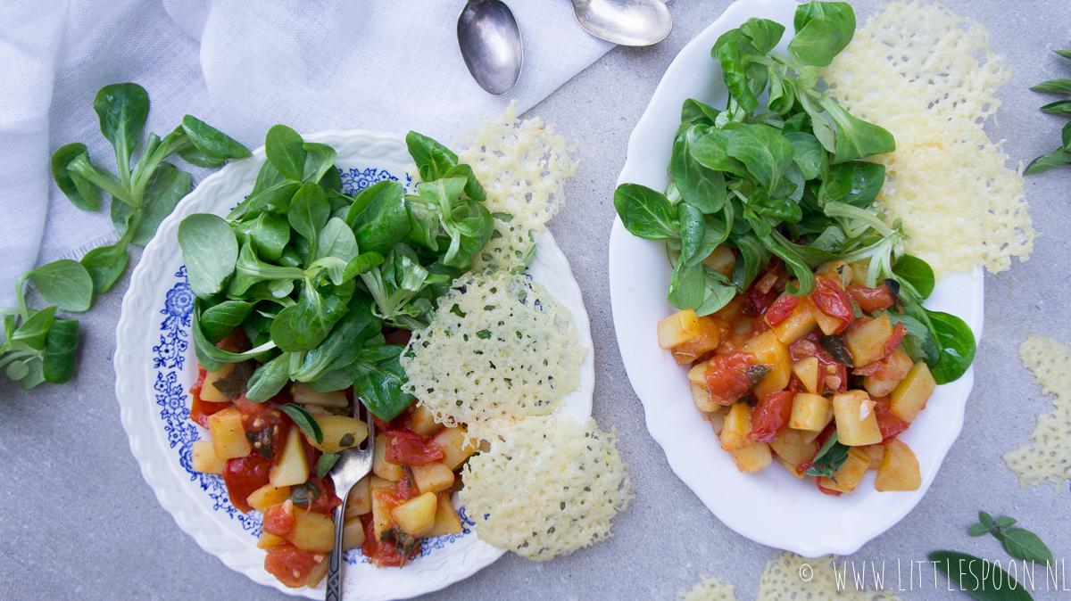 Veldsla met tomaat, aardappeltjes en kaaskoekjes