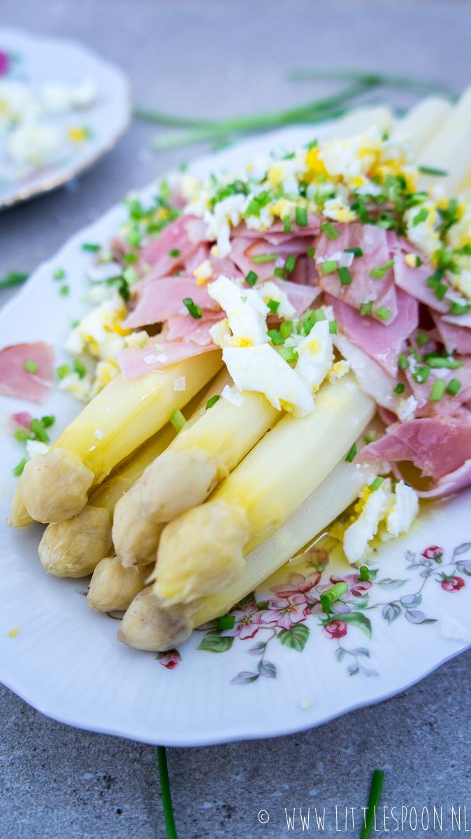 Witte asperges met boterjus, beenham en eitjes