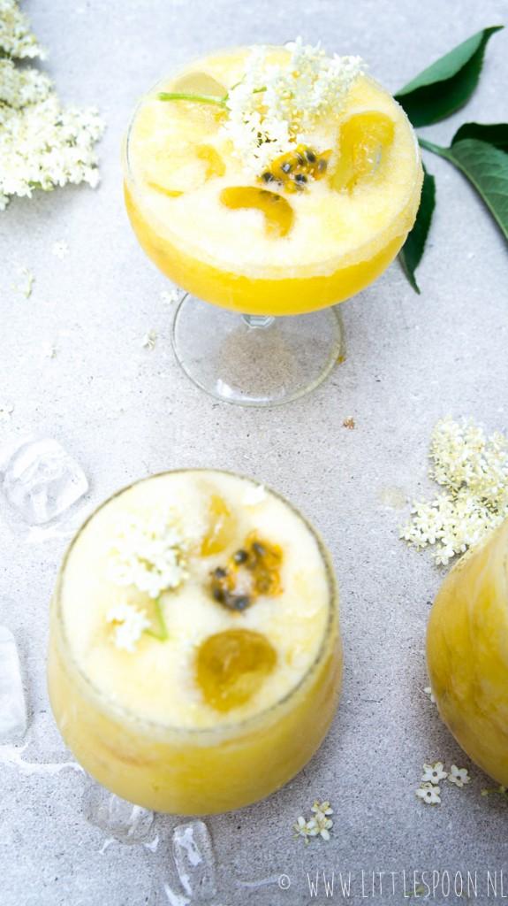 Zomerse kokoscocktail met tropisch fruit