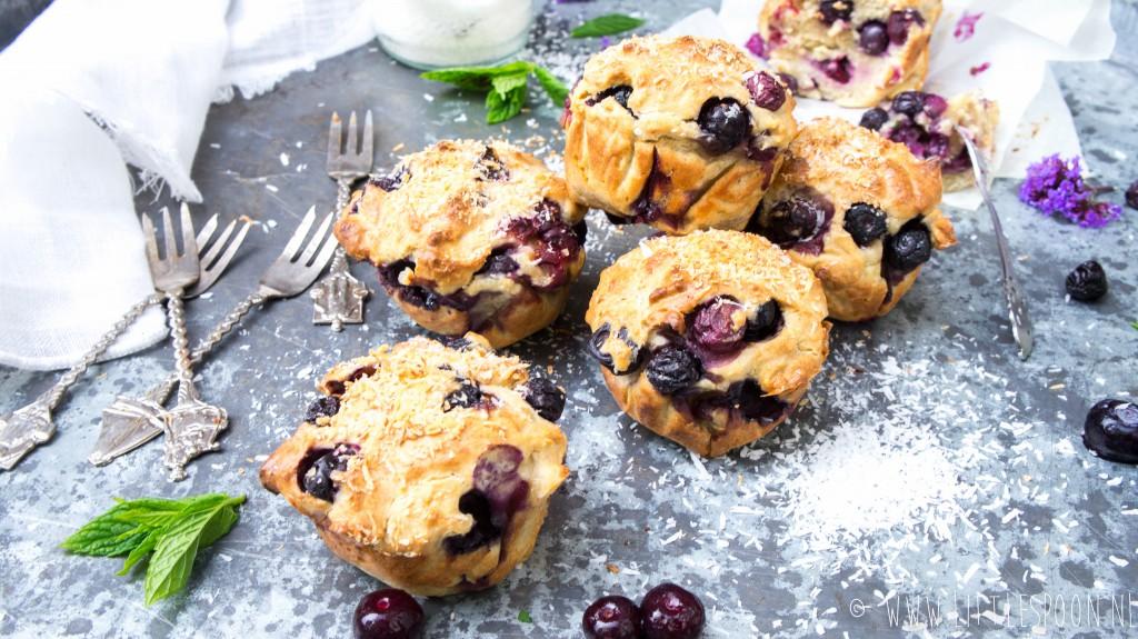 Muffins met blauwe bessen en kokos