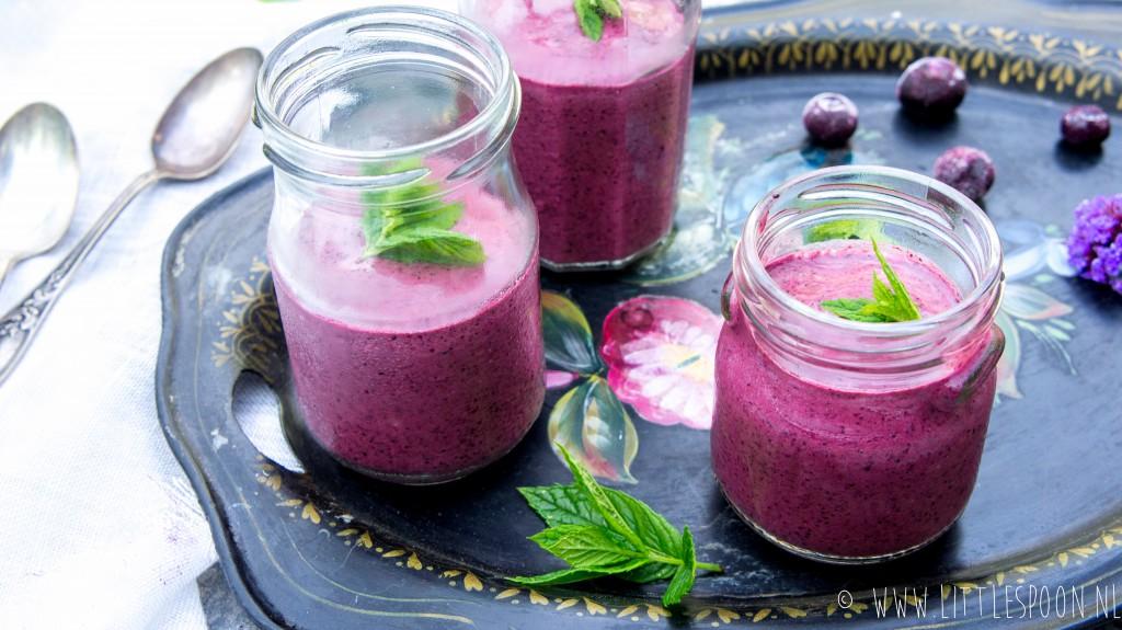 Ontbijtsmoothie met blauwe bessen, rauwe chocolade en honing