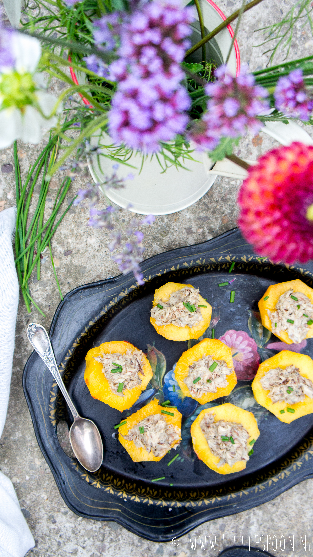Voor bij de borrel // perziken gevuld met makreelsalade