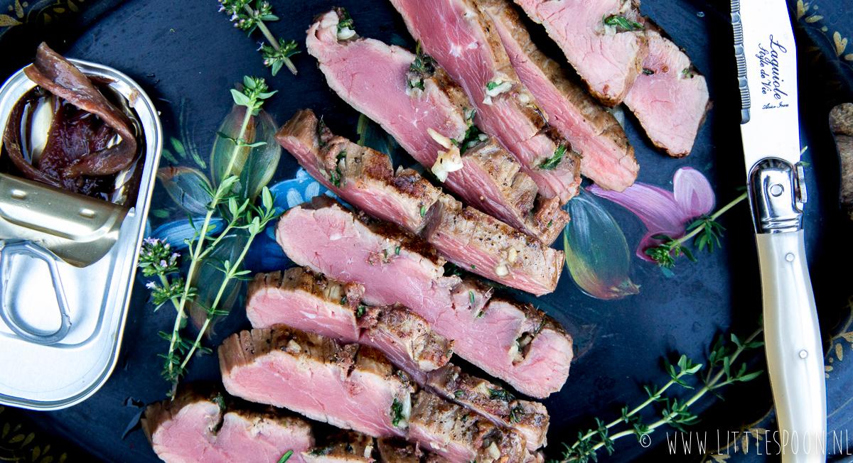 Ribeye van de barbecue met ansjovis, tijm en knoflook