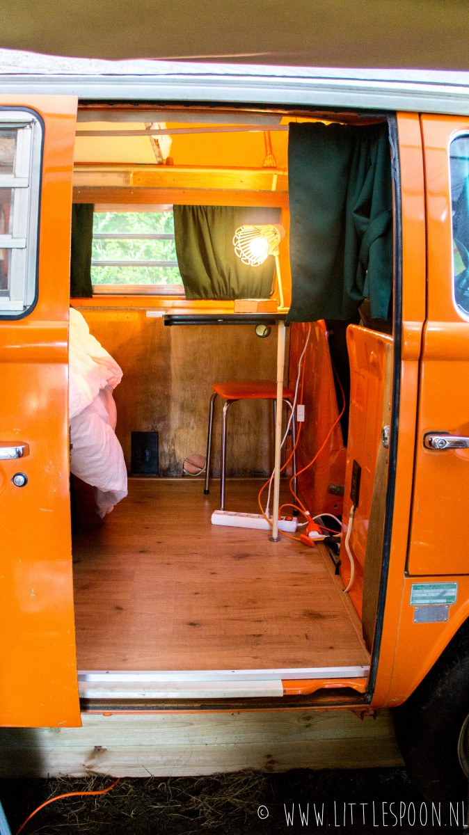 Slapen in een vintage VW busje op Ons Buiten in Oostkapelle