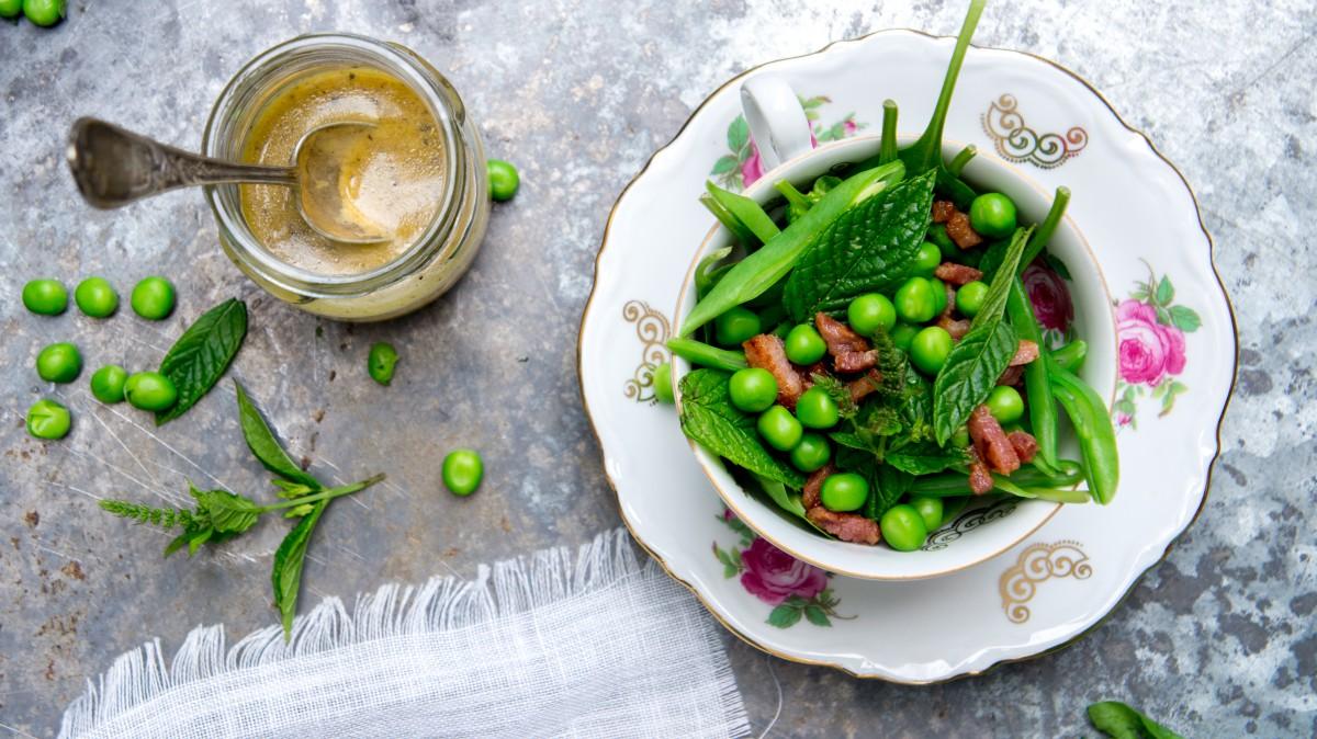 Salade met snijboontjes, doperwtjes en spekjes