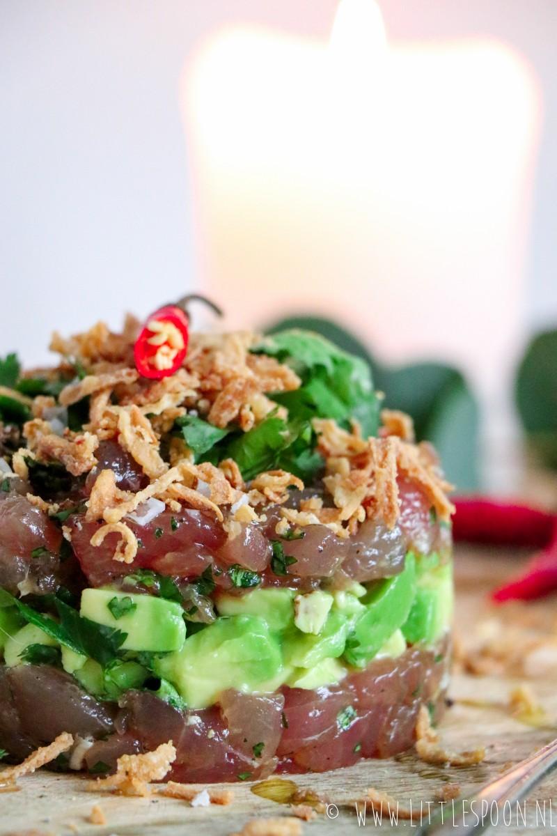 Tonijntartaar met soja, avocado en gebakken uitjes