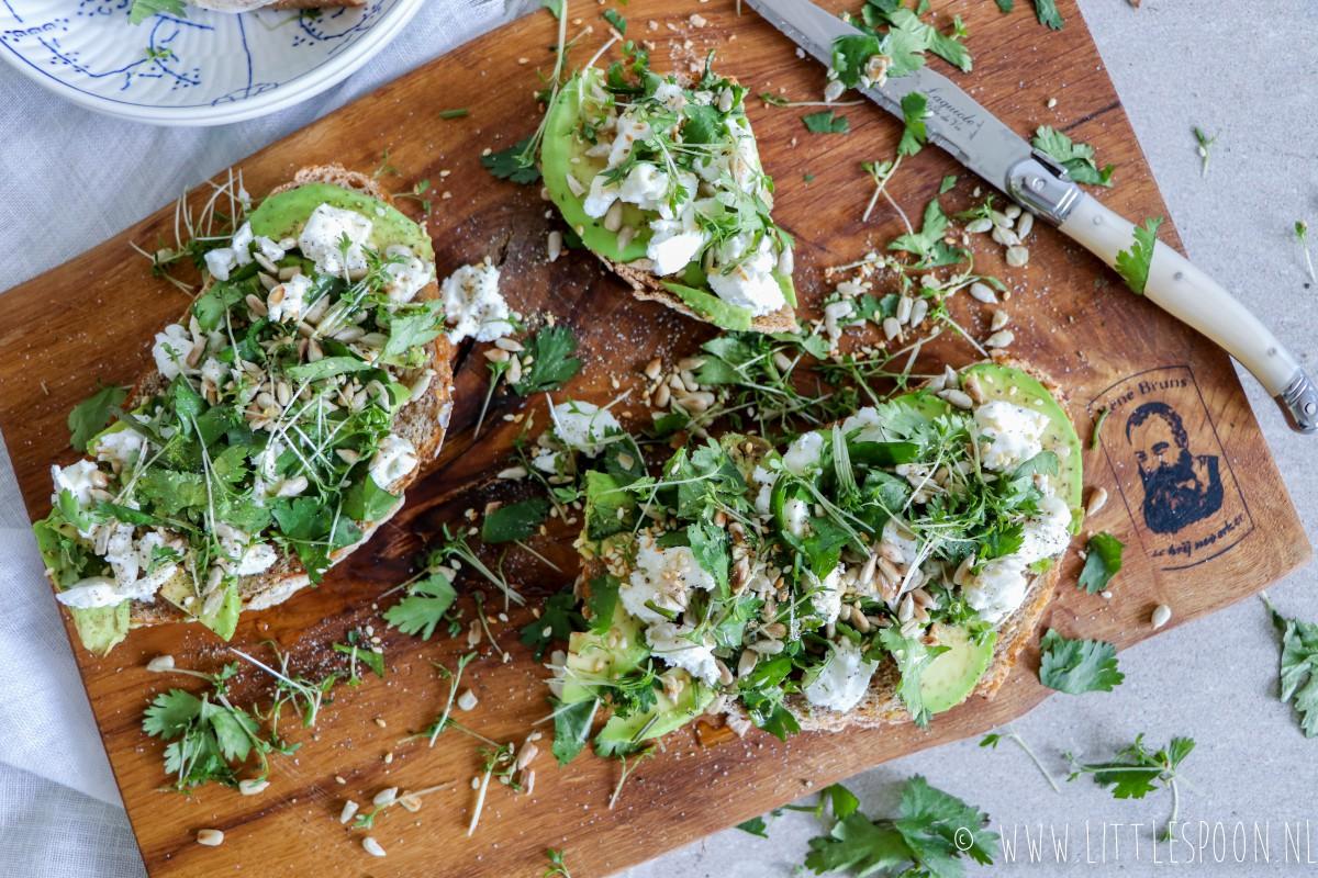 Boterham met avocado, geitenkaas en honing