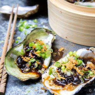 Gestoomde oesters met zwarte bonensaus