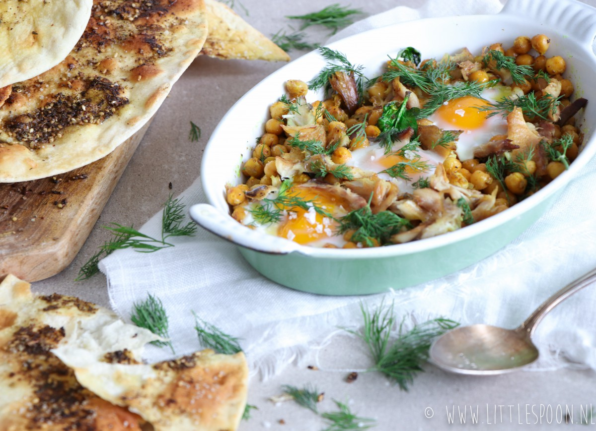 Gebakken eieren met kerrie kikkererwten, gerookte makreel, spinazie en dille