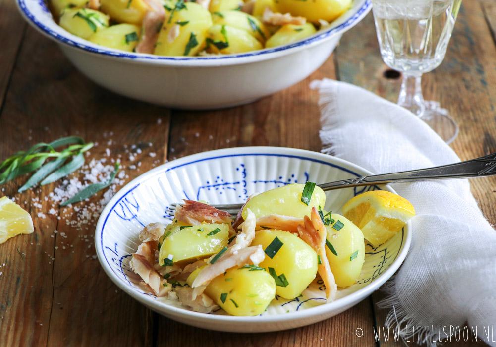 Aardappelsalade met gerookte forel en dragon