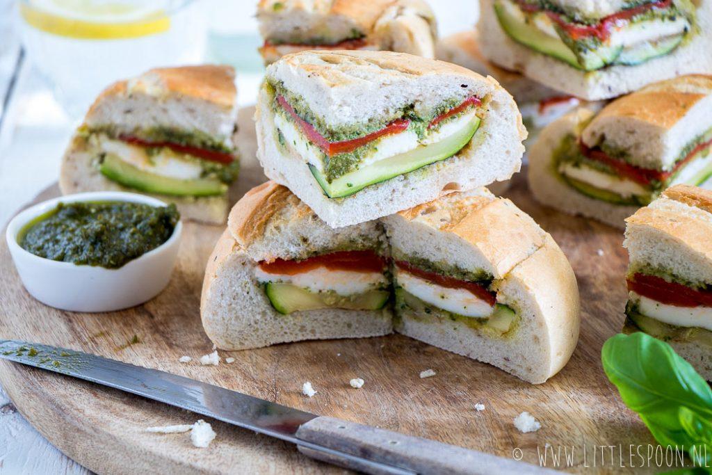 Gevuld picknickbrood met mozzarella, pesto en gegrilde groente