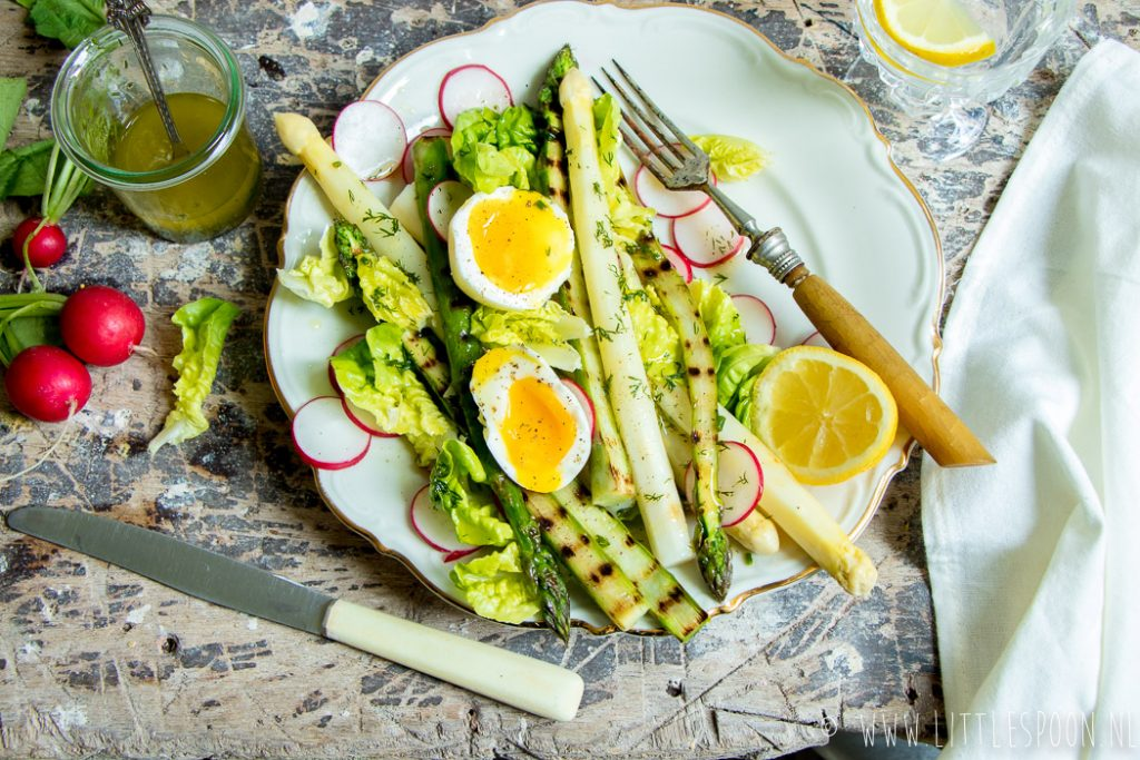 Salade met witte en groene asperges