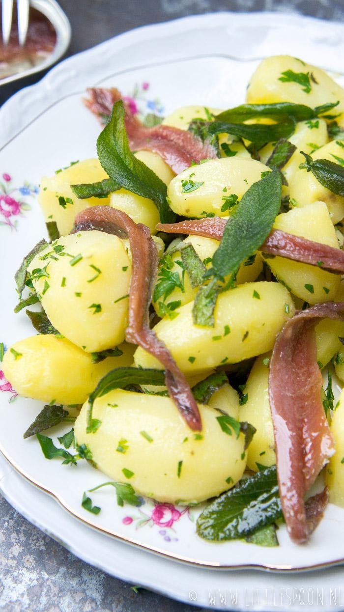Aardappelsalade met ansjovis en salie
