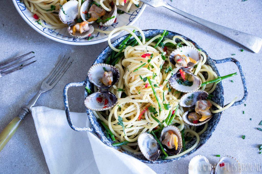 Pasta met een Zeeuws tintje: Spaghetti met gewokte kokkels en zeekraal