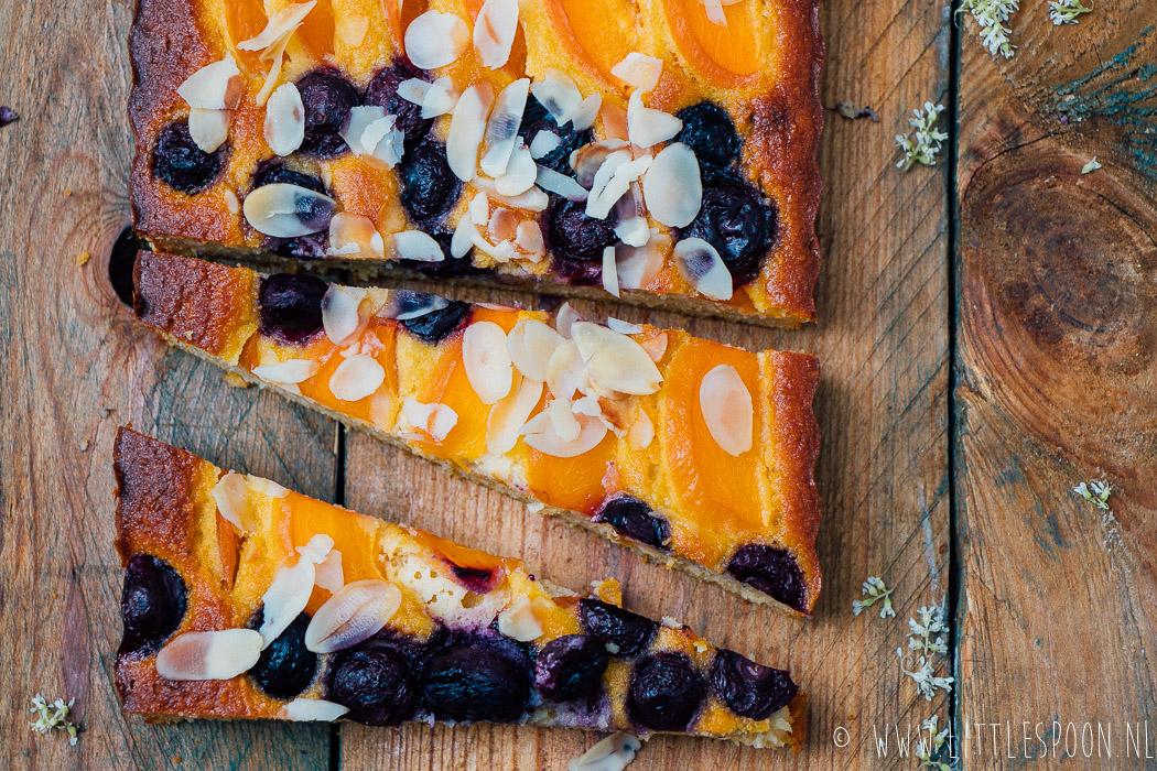 Amandelcake met abrikozen en blauwe bessen