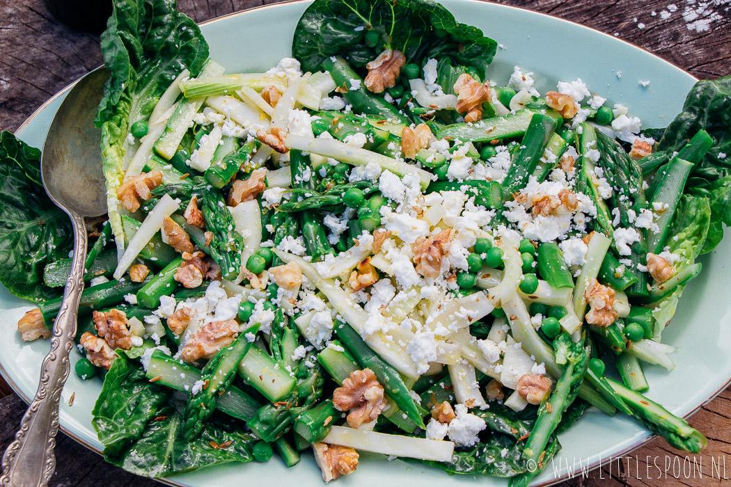 Frisse salade met tuinerwtjes, groene asperges en venkel