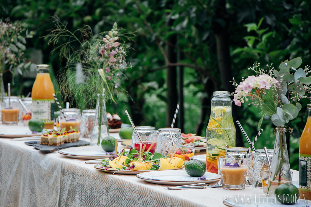 Hello Food Festival // eten aan een lange tafel in de boomgaard