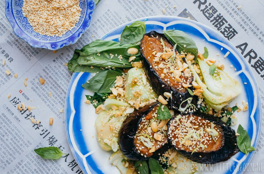 Miso aubergine met paksoi en pinda's
