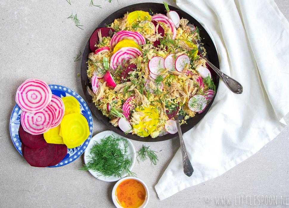 Couscous salade met gerookte makreel, gekleurde bietjes en harissadressing