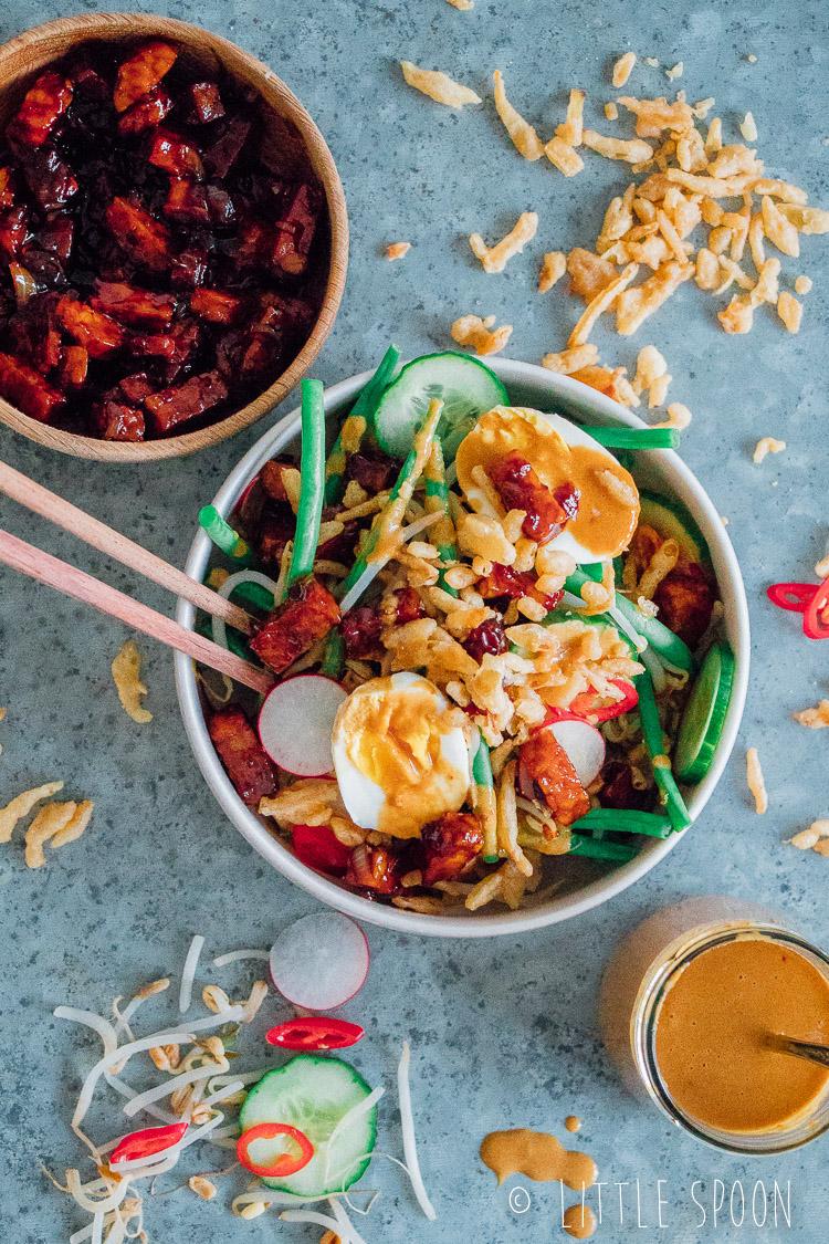 Gado gado salade met tempeh, ei, boontjes, pindasaus en naturel crispy uitjes
