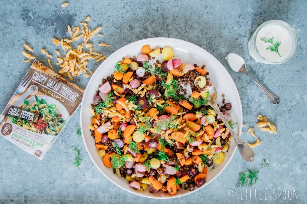 Linzensalade met geroosterde wortels, groene kruiden, yoghurt tahin dressing en garlic pepper crispy uitjes