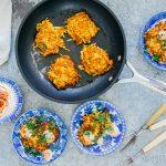 Pompoenkoekjes met aardappel, feta en harissayoghurt