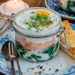Eierpotjes met crème fraîche, gerookte zalm en spinazie