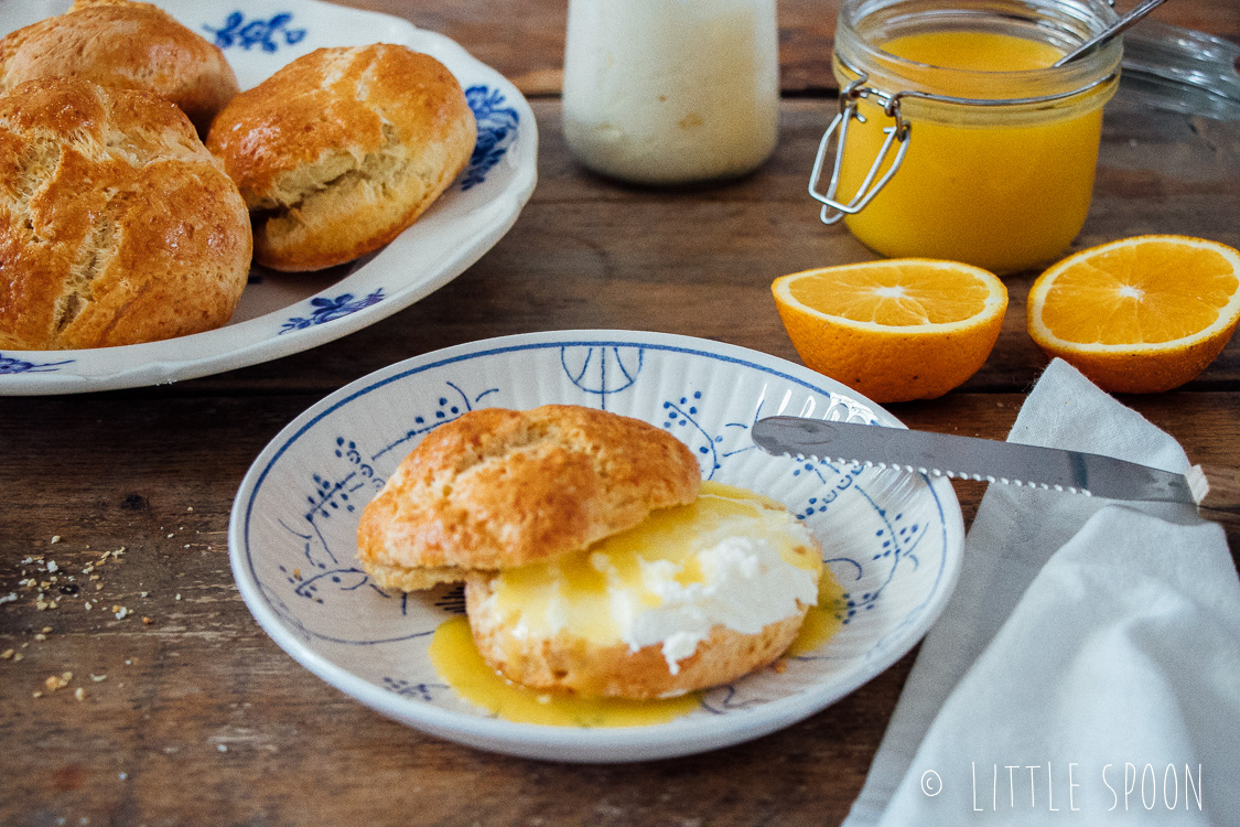 Kardemomscones met orange curd en clotted cream