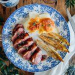 Op het vel gebakken eendenborst met portsaus, gebakken witlof en gratin van aardappel en knolselderij