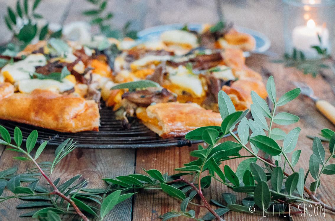 Pompoengalette met paddestoelen, verse groene kruiden en chaumes