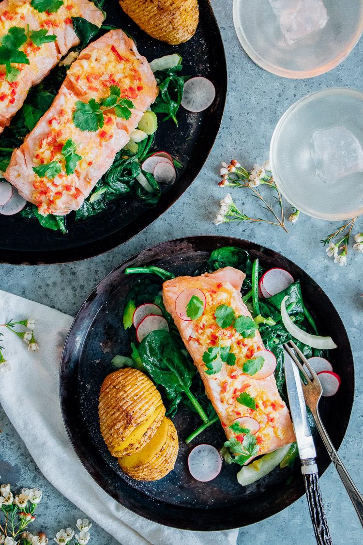Zalm uit de oven met een dressing van limoen, rode peper en gember op een bedje van spinazie, prei en venkel