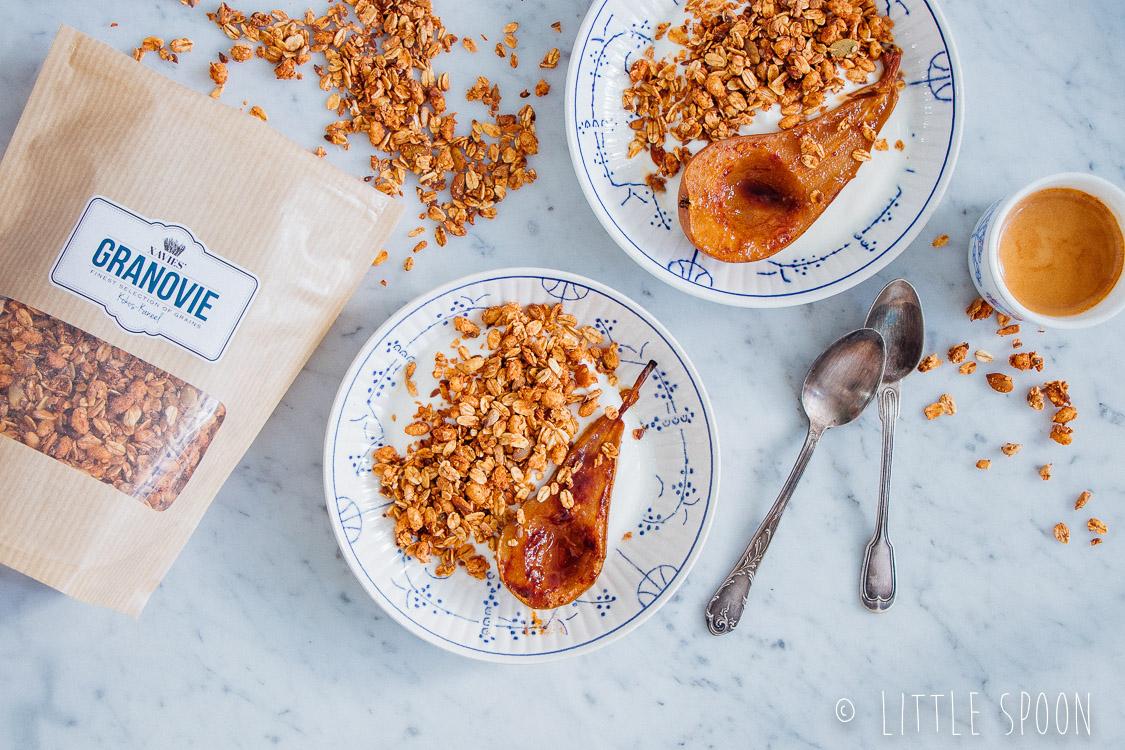 Xavies' granola met yoghurt en een geroosterde peer uit de oven